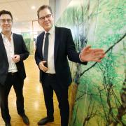 """Der Hausherr Car-Götz-Geschäftsführer Philipp Zumsteg (links)mit seinem hochrangigen Gast: """"Globale Verantwortung - Regionales Handeln"""" lautete das Thema von Bundesminister Gerd Müller, der von der CSU zu einem """"Nachhaltigkeitsgespräch"""" eingeladen wurde."""