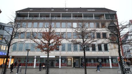 Eine 1879 begonnene Tradition ist am Münsterplatz zu Ende: 140 Jahre nachdem Carl Abt am Münsterplatz begann Eisenwaren zu verkaufen, wurde das Geschäft in die Hirschstraße verlegt. Immobilieninhaber will hier nun ein Hotel verwirklichen.