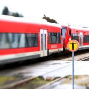 Ein Regionalzug auf der Durchfahrt im Bahnhof Gerlenhofen.