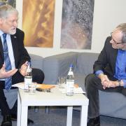 Pfarrer Jochen Teuffel lädt zum Sofa-Gespräch: Erster Gast der neuen Vöhringer Talkrunde war der scheidende Bürgermeister Karl Janson.