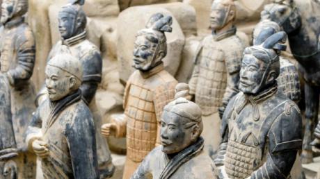 Mehr als 250 Exponate, darunter 150 kopierte Terrakottafiguren und Funde aus der Grabanlage, sind ab März im Blautal-Center zu sehen.