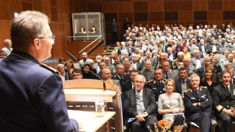 Generalleutnant Jürgen Knappe spricht vor vielen Gästen im Kornhaus. Künftig sollen dort hochkarätige Gastredner auftreten.
