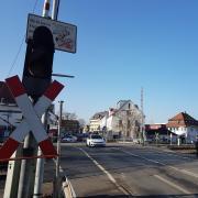 Zwischen dem 23. März und dem 14. November 2020 ist der Bahnübergang in Senden für Autos nicht nutzbar, lediglich für drei Wochen soll es ein offenes Zeitfenster geben.