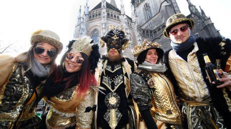 Eine von zwei Guggenmusik-Gruppen, die aus Liechtenstein zum  gekommen sind: Die Fürstlichen Röfischrenzer aus hier vor dem Münster, haben die Goldenen 50er als Motto gewählt.
