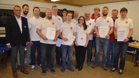 Für langjährige Mitgliedschaft wurden insgesamt 13 Sendener Wasserwachtler geehrt. Auch Uwe Henschel (ganz links), Vorsitzender der Kreiswasserwacht, kam zur Jahresversammlung.