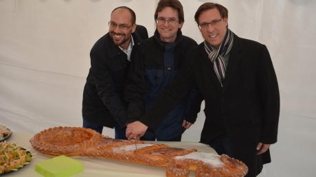 Festlicher Anlass: Geschäftsführer Marco-Manuel Reyes, Aufsichtsrat Bernd Bachmann und Bürgermeister Raphael Bögge schneiden den Kuchen an.