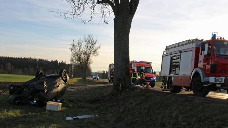 Ein 27-jähriger Autofahrer ist am Samstagmorgen auf der Straße zwischen Witzighausen und Weißenhorn von der Straße abgekommen. Sein Wagen prallt gegen einen Baum und überschlug sich.