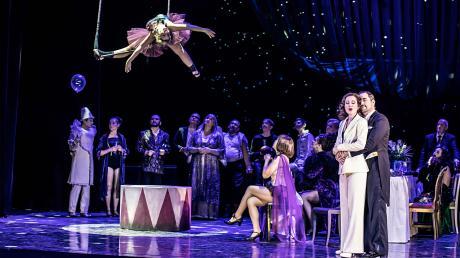 """Beschwingt, amüsant und doch mit Hintersinn: Die Premiere der """"Csárdásfürstin"""" am Theater Ulm stieß im Publikum auf Begeisterung."""