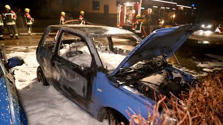 Feuerwehrleute bekämpften die Flammen am brennenden VW Lupo mit Löschschaum.