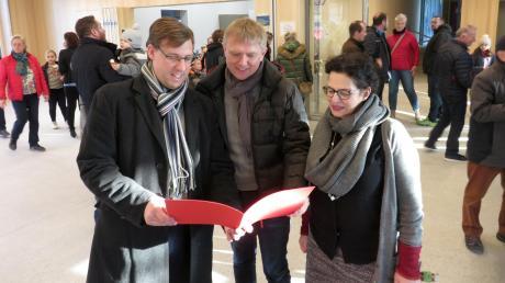 Eine Wunschliste wurde an Bürgermeister Raphael Bögge und Architekt Marcus Wörtz von Maria Hörmann überreicht.