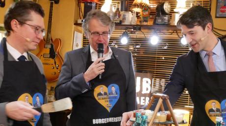 """Christoph Oetinger (links) und Sebastian Sparwasser (rechts) mussten beim """"Burgermeisterduell"""" in Pfaffenhofen nicht nur reden, sondern auch braten – unter den gestrengen Augen von NUZ/IZ-Redaktionsleiter Ronald Hinzpeter."""
