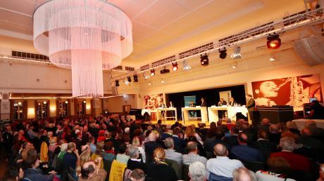In der stimmungsvollen Atmosphäre des Neu-Ulmer Wiley Clubs diskutierten am Donnerstagabend die sechs Bewerberinnen und Bewerber um das Amt des Oberbürgermeisters. Veranstaltet wurde die Debatte gemeinsam von NUZ und SWP.