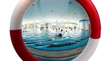Die Deutsche Lebensrettungsgesellschaft (DLRG) schlägt Alarm: Durchschnittlich werde bundesweit an jedem vierten Tag ein Schwimmbad für immer geschlossen.   Bildmontage: Alexander Kaya