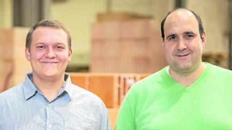 Lukas Macho (links) mit Tobias Bem, dem Produktionsleiter des Ziegelwerks Bellenberg.