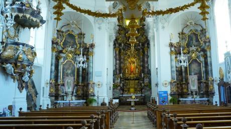 Im barocken Glanz strahlt der Innenraum der Kirche. Der Stuck stammt von Gottlieb Finsterwalder, die Fresken schuf Christoph Thomas Scheffler.