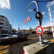 Noch ist die Schranke offen, aber ab Freitag soll die Schleuse auf der Gänstorbrücke zwischen Ulm und Neu-Ulm in Betrieb genommen werden. Dann sollen Lastwagen nicht mehr drüberfahren können.