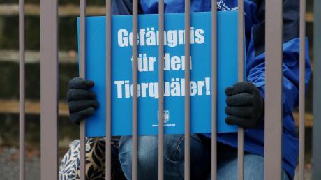 """Unterstützer der """"Soko Tierschutz"""" demonstrierten vor dem Landgericht Ulm, wo das von einem Landwirt angestrengte Berufungsverfahren lief."""
