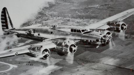 """Der B-17-Bomber """"Fliegende Festung"""": In solch einem Flugzeugmodell ist der amerikanische Pilot William T. Emmet im Zweiten Weltkrieg verunglückt. Sieben Menschen starben bei dem Absturz."""