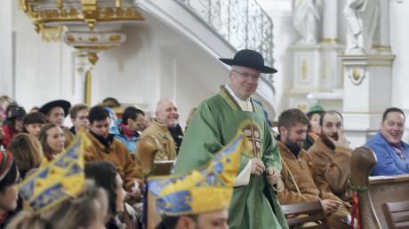 Pfarrer Sebastian Nößner führt die Tradition des Narrengottesdienstes in Oberelchingen weiter.