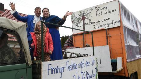 Prinzessin Julia und Prinz Leo führen in diesem Jahr den Faschingsumzug durch Finningen an.