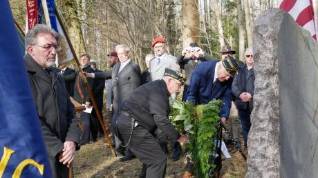 Vertreter von US-amerikanischen und deutschen Veteranen-Verbänden sowie Bürgermeister Josef Walz legten am Unglücksort Kränze nieder.