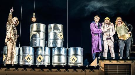 Ein Showmaster trifft auf Biedermann und die Brandstifter, Benzin-Tonnen stehen bereit. Von links: Frank Röder als Moderator, Rudi Grieser als Kellner Eisenring, Maurizio Micksch spielt den Biedermann und Benedikt Paulun den Ringer Schmitz.