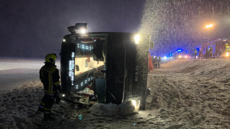 Auf der B10 nördlich von Ulm ist am Donnerstagabend ein Reisebus umgekippt. Er blieb auf der Seite liegen, alle acht Insassen wurden verletzt.