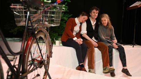 """""""Auerhaus"""" spiegelt das Gefühl und die Worte einer vergangenen Zeit. Die Darsteller (von links): Marie Luisa Kerkhoff, Stephan Clemens, Tini Prüfert."""