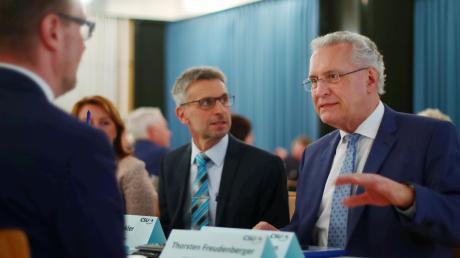 Bayerns Innenminister Joachim Herrmann (rechts) war in Nersingen zu Gast. Mit ihm im Gespräch: Bürgermeister Erich Winkler (neben Herrmann) und Landrat Thorsten Freudenberg (gegenüber sitzend).