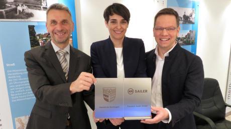 Bürgermeister Erich Winkler (links) mit dem Unternehmerehepaar Katrin und Christoph Mützel von der Firma Sailer.