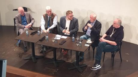 Marcus Golling (Mitte) und die aktuellen und ehemaligen Intendanten (von links) Kay Metzger, Ansgar Haag, Pavel Fieber und Volkmar Clauß.