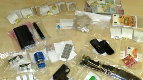 Die Polizei stellte Drogen, Waffen und Geld sicher.