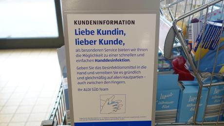 Rasch ausverkauft waren am Montag die Desinfektionsmittel bei Aldi in burlafingen. Nur der öffentliche Spender war noch gefüllt.