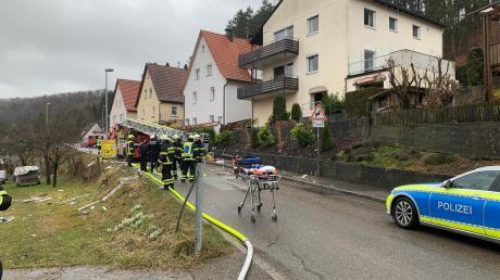 Bei einer Explosion in Blaubeuren ist eine Person ums Leben gekommen. Auf der Wiese links im Bild liegen die Reste der Fenster, die Löcher im Haus rechts zeugen von der Detonation.