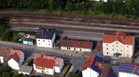 Der Sendener Bahnhof wird barrierefrei umgebaut, die Illertalbahn von Ulm nach Memmingen ertüchtigt. Die Bahn will den Großteil ihrer Pläne bis Ende 2023 umsetzen, die Stadt Senden jedoch hinkt mittlerweile um einige Monate hinterher.