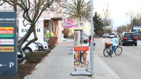 Es ist einiges los am frühen Abend in der Hauptstraße in Pfaffenhofen. Täglich nutzen viele Pendler und Besucher von außerhalb die gute Lage der Geschäfte, um einkaufen zu gehen. Im Hintergrund zu sehen ist das Modehaus Bausch, das nach einer Umbauphase neu eröffnet. Ein Geschäft, das seit fast 70 Jahren erfolgreich ist.