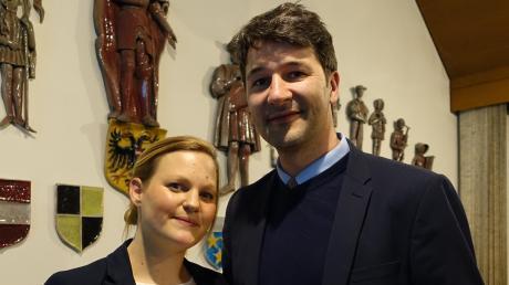 Stößt mit seiner Ehefrau an: Der frisch gewählte Bürgermeister von Pfaffenhofen, Sebastian Sparwasser, ist am Ende der Auszählung sichtlich erleichtert und freut sich auf die Herausforderungen als künftiger Rathauschef.