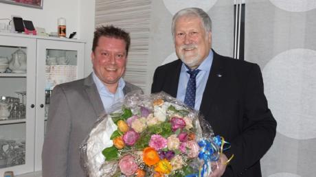 Karl Janson (rechts) gratulierte seinem Nachfolger im Amt, Michael Neher, zu dessen Wahl zum Bürgermeister in Vöhringen.