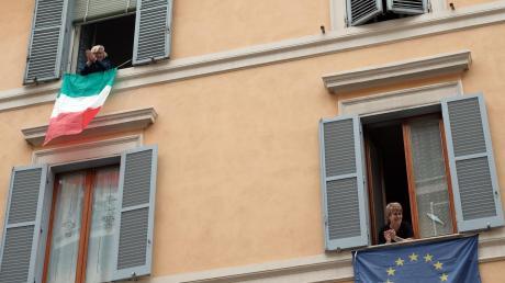 Anwohner in Italien stehen an Fenstern, und applaudieren während eines Flashmobs gegen Einsamkeit. Der Flashmob ist Teil eines digitalen Aufrufs an die Menschen in Italien, während der Isolation angesichts des Coronavirus auf ihre Balkons zu kommen, dort Musik zu machen und Kontakt zueinander aufzunehmen.