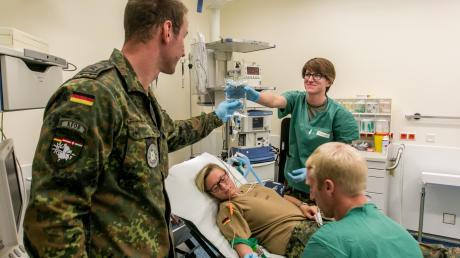 Ärzte und Sanitäter der Bundeswehr proben beim Auslandseinsatz in einem Feldlazarett in der kosovarischen Stadt Prizren den Ernstfall. Bald könnten die Soldaten Corona-Patienten in Deutschland versorgen.