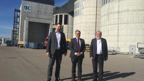 Vor dem Holzkraftwerk in Senden: Jochen Sautter, Georg Nüßlein und Herbert Heinz.