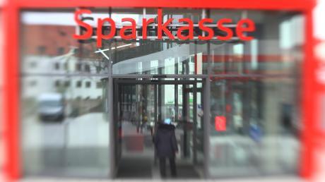 Viele Sparkassen in Deutschland sind in der Corona-Krise gut aufgestellt. Doch so langsam verdichten sich die Anzeichen, dass schwierige Zeiten kommen könnten - bei Banken und ihren Kunden.