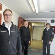 Im Katastrophenmodus: Landrat Thorsten Freudenberger, Wolfgang Höppler und Bernhard Schmidt (von links). Der Keller ist allerdings nicht mehr Lagezentrum. Es ist zu eng hier, um die Abstandsregelungen einzuhalten.