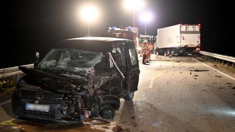 Ein Auto und ein Lastwagen sind am frühen Montagmorgen bei Lonsee zusammengestoßen.