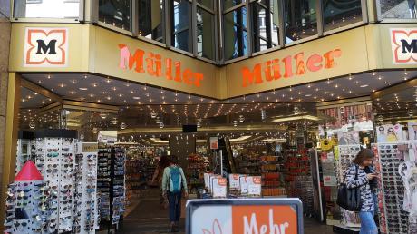 Am Mittwoch waren noch sämtliche Geschosse des Müller-Kaufhauses geöffnet. Doch die Stadt entschied nach einer Prüfung, dass vorläufig nur noch EG und UG offen bleiben dürfen.