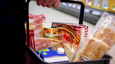 Damit der Einkaufskorb nicht leer bleibt: Beschäftigte in der Lebensmittelindustrie arbeiten am Limit.