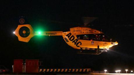 """Bei Dunkelheit startet der Ulmer Rettungshubschrauber """"Christoph 22"""" am Bundeswehrkrankenhaus zu einem Übungsflug mit Nachtsichtbrillen."""