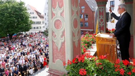 Gunter Czisch hat die Hand beim Schwörmontag 2019 zum Schwur erhoben. Diese Tradition ist jetzt Teil des nationalen Immateriellen Kulturerbes.