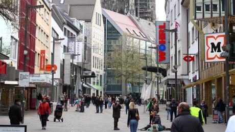 Für einen Montagmorgen gar nicht so wenig. Das Müller-Kaufhaus (rechts) war komplett geöffnet und auch der ebenfalls zu Müller gehörende Abt war teilweise geöffnet.