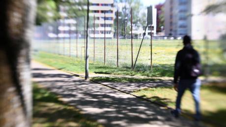 Auf diesem Weg entlang des Sportplatzes in der Augsburger Straße soll eine Frau im Mai vergangenen Jahres als Geisel genommen worden sein. Der Unbekannte soll versucht haben, sie zum Sex zu zwingen.